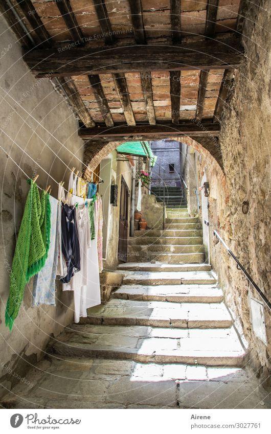 luftgetrocknet Wohnung Altstadt Haus Treppe Durchgang Balken Toreinfahrt Gasse Wäsche Wäscheleine Wäscheklammern Waschtag hängen Freundlichkeit hell nass