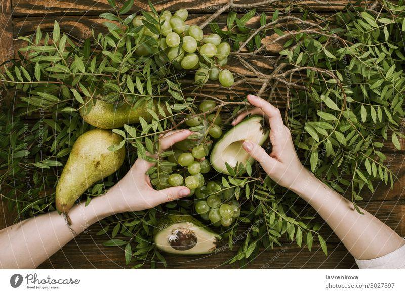 Frauenhände mit Trauben, Birnen und Avocados Landwirtschaft Ackerbau Ast Bauernhof flache Verlegung Lebensmittel Gesunde Ernährung Speise frisch Frucht Garten