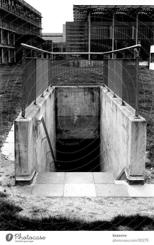the tunnel weiß schwarz dunkel Metall Architektur Beton Treppe Tunnel Geländer Linse Keller