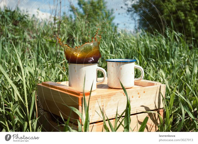 Natur Sommer grün Holz Frühling Gras wandern Kaffee Getränk trinken heiß Tee Tasse Picknick Emaille Geplätscher