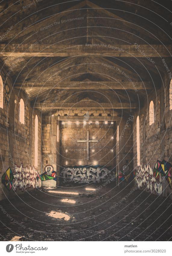 die Unvollendete Dorf Menschenleer Kirche Ruine Bauwerk Mauer Wand Fenster alt authentisch dunkel braun Kreuz Graffiti Farbfoto Gedeckte Farben Innenaufnahme