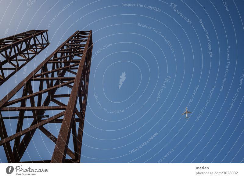 Startrampe Energiewirtschaft Verkehr Verkehrswege Luftverkehr Flugzeug fliegen alt blau braun weiß Stahl Mast Farbfoto Außenaufnahme Textfreiraum links