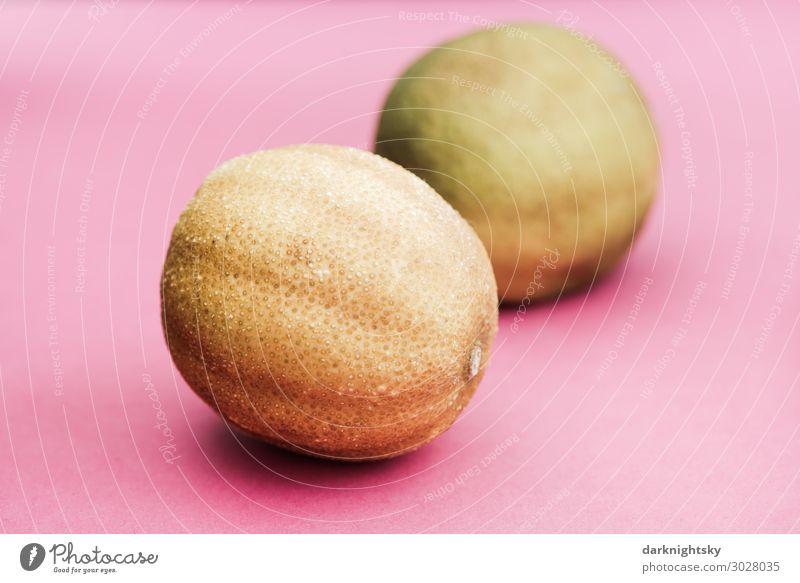 zwei Limetten auf farbigem Untergrund Frucht Orange Limone Ernährung Essen Büffet Brunch Diät Fasten Slowfood Italienische Küche exotisch Gesundheit Erholung