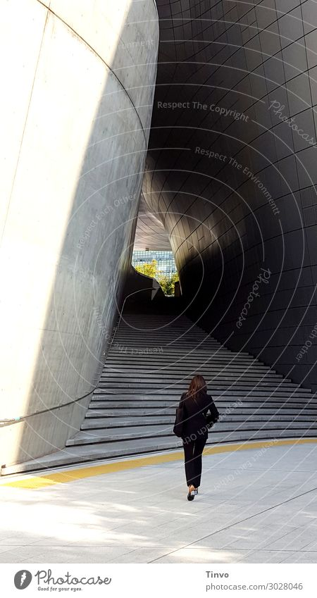 Frau vor Treppe/Durchgang feminin Erwachsene 1 Mensch Bauwerk Architektur gehen grau schwarz Business Entschlossenheit Ziel Karriere Wege & Pfade Farbfoto