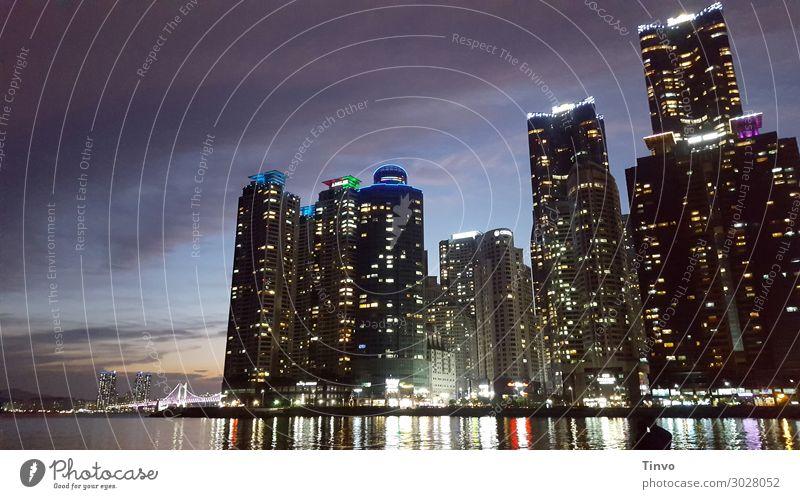 Busan in der Dämmerung Skyline Hochhaus Gebäude Architektur gigantisch Stadt Großstadt Wasserspiegelung Süd Korea Beleuchtung Wolkenkratzer Skyscraper