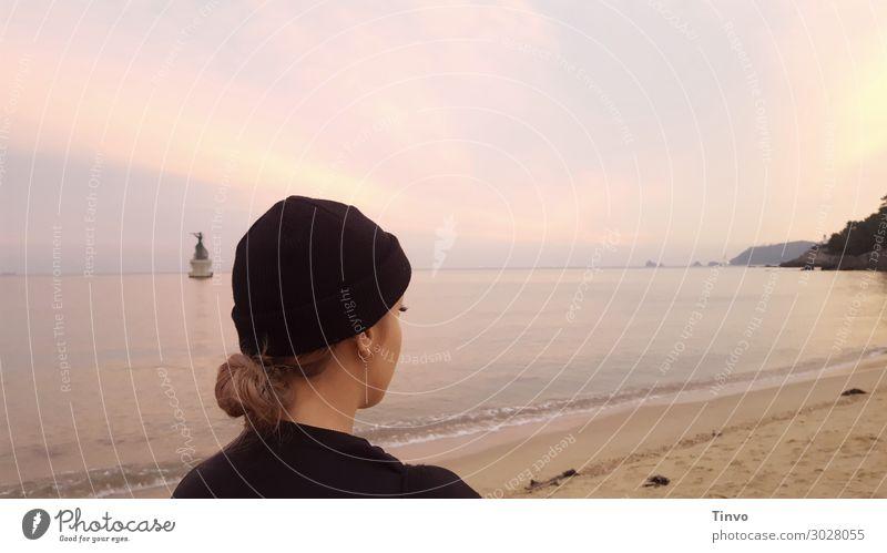 Frau bei Dämmerung am Strand Mensch Jugendliche Junge Frau Meer Erholung ruhig 18-30 Jahre Erwachsene Küste Horizont Schönes Wetter Spaziergang Fernweh Mütze