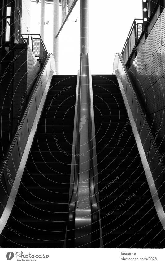 rolltreppe weiß schwarz Bewegung Architektur Linse Rolltreppe Kunstmuseum