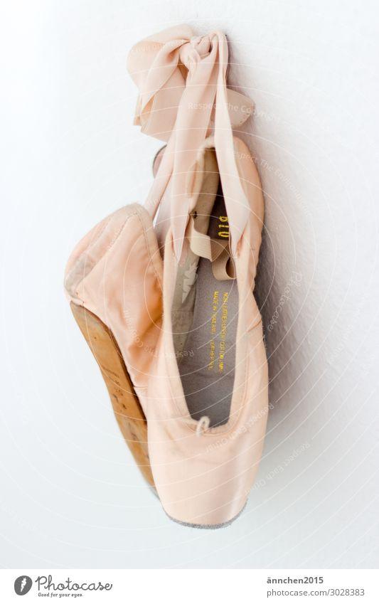 Rosafarbene Spitzenschuhe hängen an einer weißen Wand Ballett tanzen Schuhe Tänzer Tanzen Ballerina Farbfoto klassisch elegant schön Pose Balletttänzer üben
