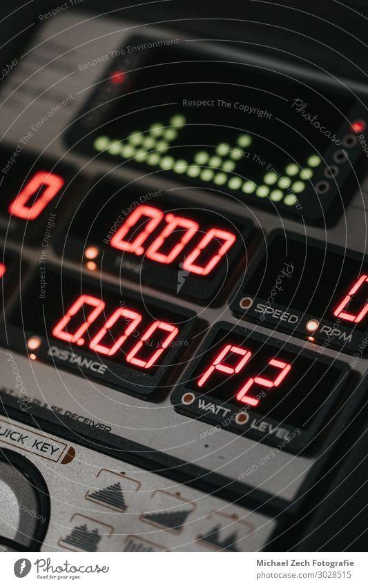 Makroaufnahme der Cross-Trainer-Anzeige in einem Fitnessstudio Lifestyle Körper Freizeit & Hobby Club Disco Sport Arbeit & Erwerbstätigkeit Mensch Frau