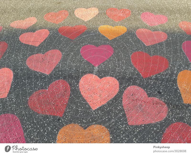 Street full of hearts Kunst Maler Stadtzentrum Straße Zeichen Graffiti Herz Liebe rot orange viele Farbfoto Außenaufnahme Menschenleer Tag