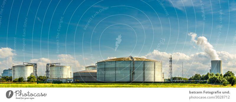 Tanklager Raffinerie mit Kraftwerk im Hintergrund Energiewirtschaft Industrie Umwelt Landschaft Klimawandel Schönes Wetter Rostock Menschenleer Industrieanlage