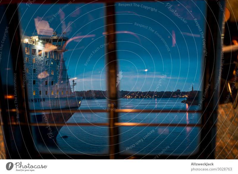 Dämmerung am Hafen mit Blick auf eine Fähre Menschenleer Abend Nacht dunkel Sonnenuntergang Wasser Horizont Wasserfahrzeug Reflexion & Spiegelung Fenster
