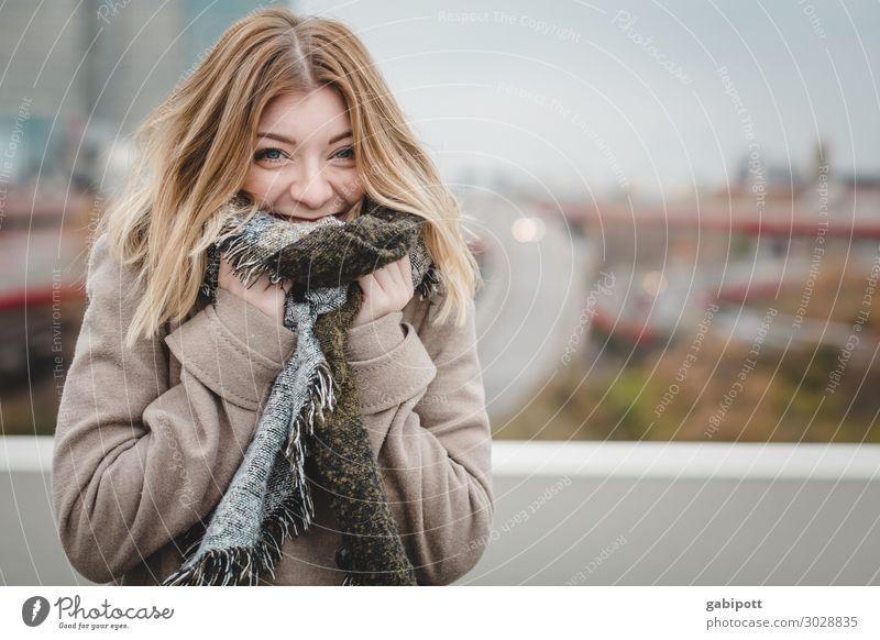 junge Frau mit Schal lächelt in die Kamera Lifestyle Wohlgefühl Winter Mensch feminin Junge Frau Jugendliche Leben 1 18-30 Jahre Erwachsene brünett langhaarig