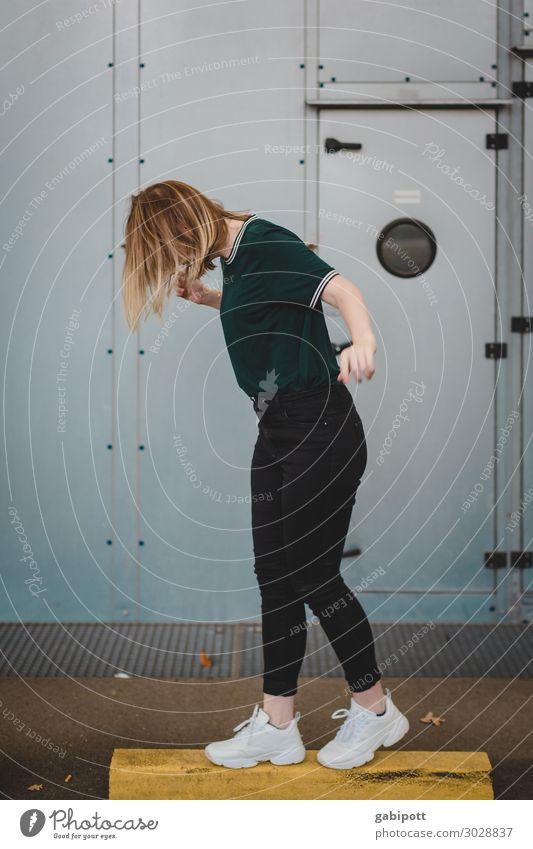 Ballanceakt Mensch feminin Junge Frau Jugendliche Leben 1 18-30 Jahre Erwachsene Parkhaus frech Fröhlichkeit trendy Stadt Freude Zufriedenheit Lebensfreude