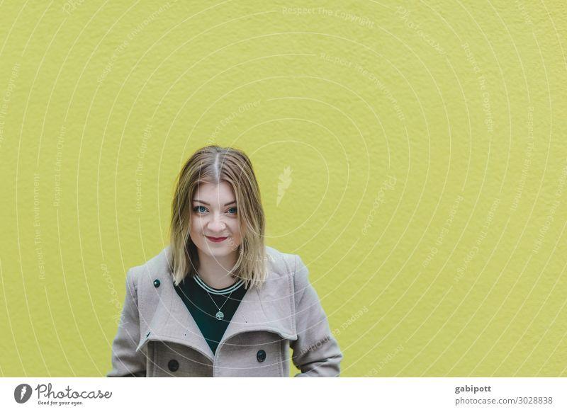 junge Frau vor grüner Wand Mensch feminin Junge Frau Jugendliche Erwachsene Leben 1 18-30 Jahre Haare & Frisuren brünett kurzhaarig Scheitel frei Freundlichkeit