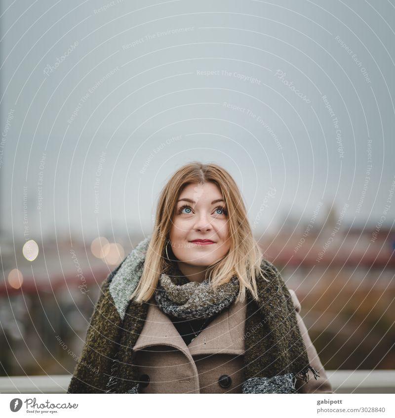 Blick nach oben Frau Mensch Jugendliche Junge Frau Stadt schön Erotik Winter 18-30 Jahre Erwachsene Leben natürlich Wege & Pfade feminin Horizont träumen