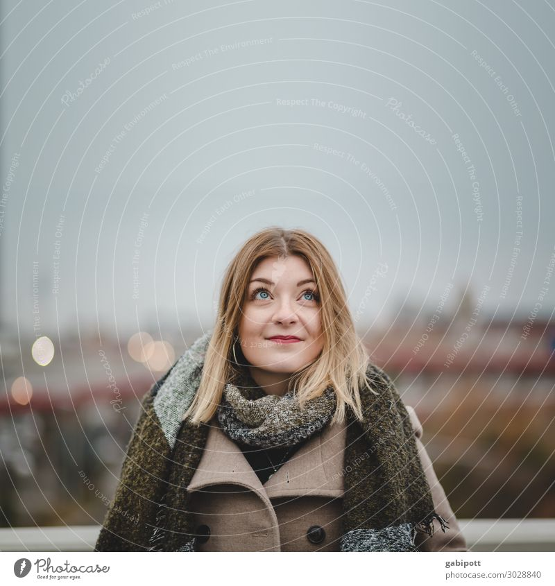 Blick nach oben Mensch feminin Junge Frau Jugendliche Erwachsene Leben 1 18-30 Jahre Skyline Freundlichkeit schön natürlich Erotik Stadt Horizont Lebensfreude