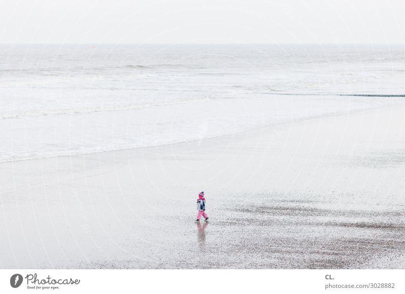 kind am strand Kind Mensch Ferien & Urlaub & Reisen Natur Wasser Landschaft Meer Einsamkeit Freude Ferne Strand Leben Umwelt Küste Glück Spielen