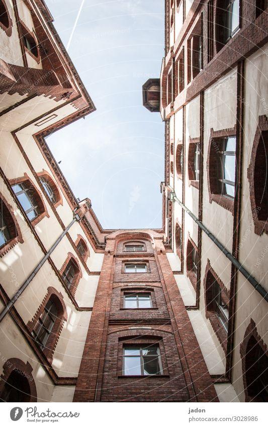 hinterhof. Stil Häusliches Leben Wohnung Haus Himmel Stadt Hochhaus Bauwerk Gebäude Architektur Mauer Wand Fassade eckig hoch Ecke Fenster Farbfoto
