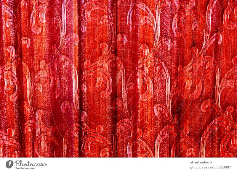 Licht hinter Falten - alter roter Vorhang mit Rankenmuster hängt in Falten vor einem Fenster Häusliches Leben Wohnung Haus einrichten Innenarchitektur