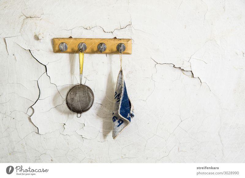 Teesieb und Topflappen waren schon lange nicht mehr in Gebrauch, so wie sie da nebeneinander am Haken an der rissigen Wand des alten Hauses hingen Ernährung