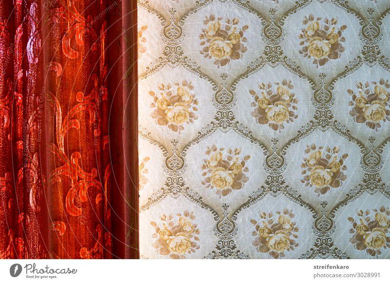 Roter Vorhang mit Blumenmuster nähert sich einer gemusterten Tapete Häusliches Leben Wohnung Innenarchitektur Raum Tapetenmuster Fenster Mauer Wand Papier Stoff