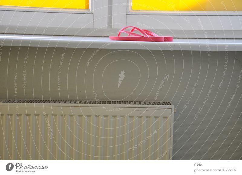 Irgendwo Lifestyle Häusliches Leben Raum Energiewirtschaft Energiekrise Klima Klimawandel Wärme Gebäude Mauer Wand Fenster Mode Schuhe Flipflops Heizkörper