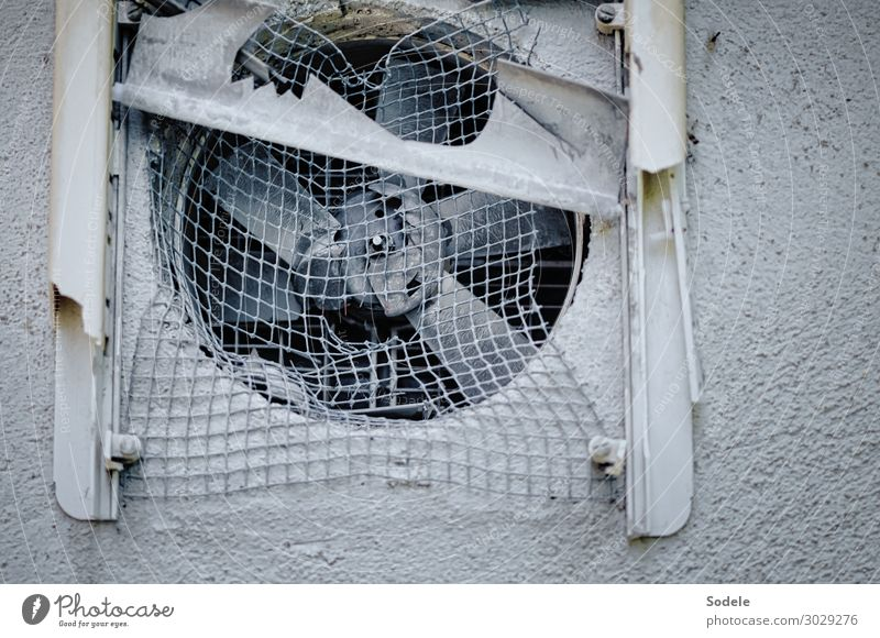 Ventilationsproblem Ruine Fassade Ventilator Kunststoff alt authentisch hässlich kaputt trashig trist Stadt grau Endzeitstimmung Vergänglichkeit Gitter