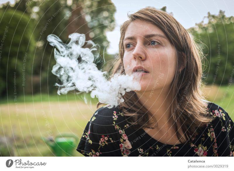 Ausatmen Rauchen Rauschmittel feminin Junge Frau Jugendliche 1 Mensch Natur Pflanze Sommer Baum Gras Sträucher Garten Gießkanne Zigarettenrauch schön viele