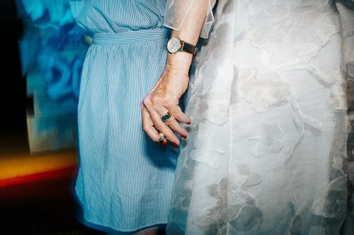 Hand of old wealthy lady holding a cigarette Frau Mensch Gesundheit Lifestyle Leben Senior feminin Mode elegant 60 und älter stehen Erfolg Bekleidung