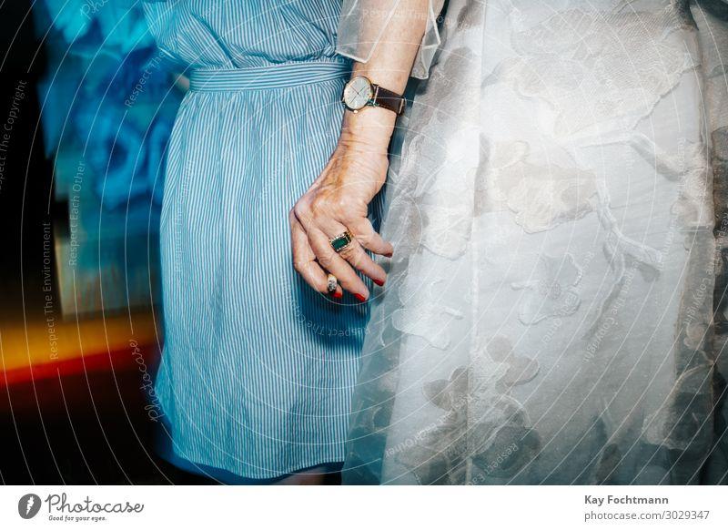 Hand of old wealthy lady holding a cigarette Lifestyle Gesundheit Seniorenpflege Rauchen feminin Weiblicher Senior Frau Leben 2 Mensch 60 und älter Mode