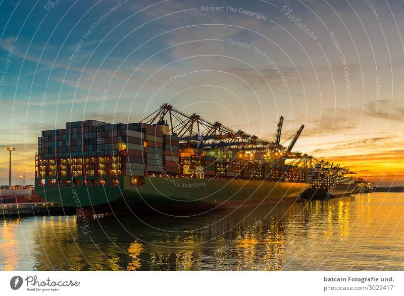Containerschiff im hamburger Hafen bei Sonnenuntergang Landschaft Nachthimmel Sonnenaufgang Frühling Sommer Herbst Küste Flussufer Verkehr Schifffahrt schön