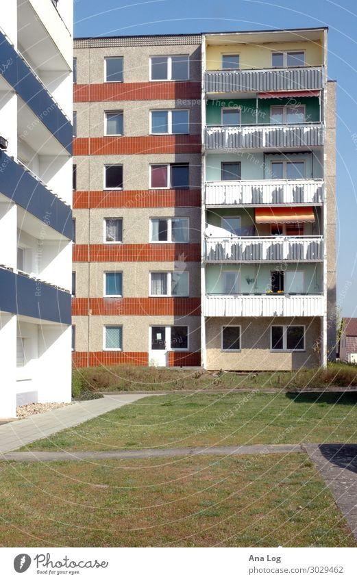 Platte Haus Baustelle Architektur Gras Menschenleer Hochhaus Platz Fassade Balkon Beton alt authentisch blau weiß einzigartig Plattenbau Stadt Farbfoto