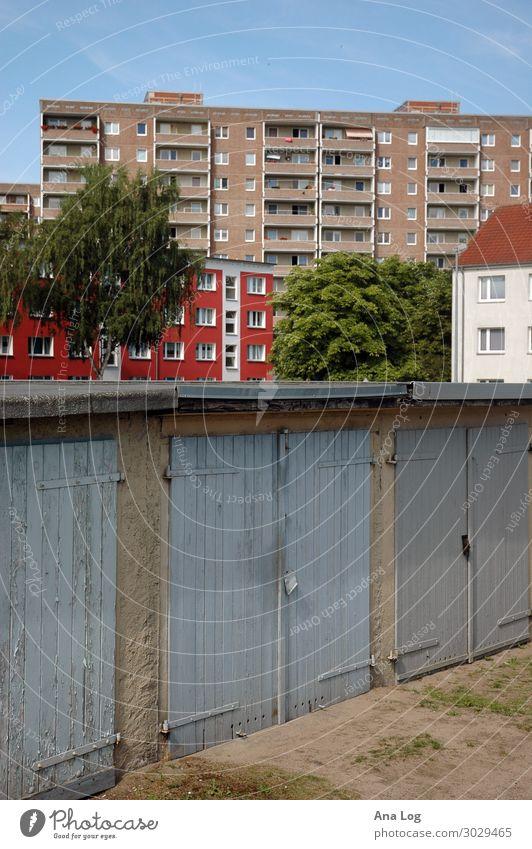 Ebenen Stadtrand Menschenleer Gebäude Architektur Mauer Wand Fassade Fenster Tür Beton Holz rot Stimmung Garage Plattenbau Neubrandenburg Staffelung Farbfoto