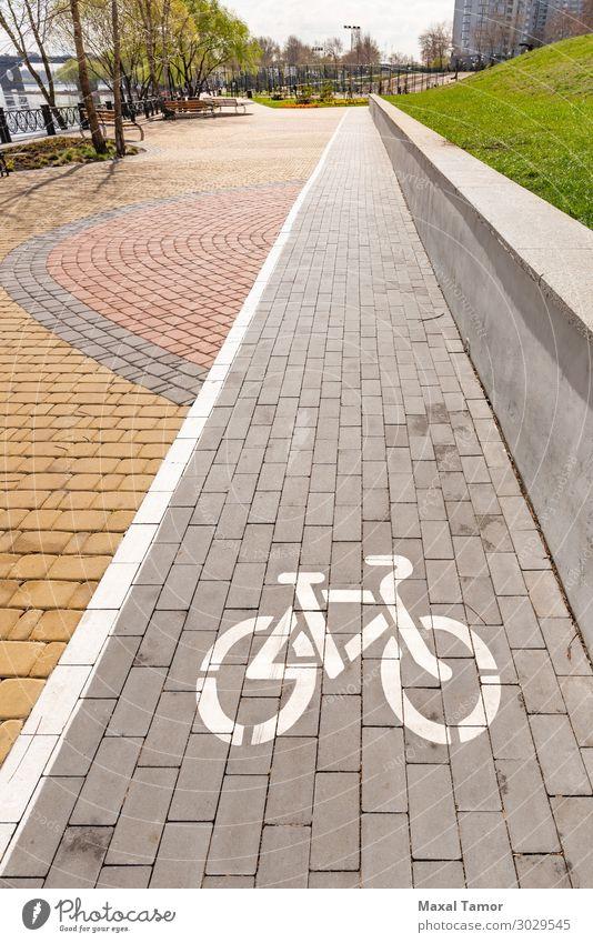 Weißes Fahrradwegschild Ferien & Urlaub & Reisen Sport Fahrradfahren Park Stadt Verkehr Straße Wege & Pfade Fahrzeug Linie grau weiß Sicherheit Kiew Natalka