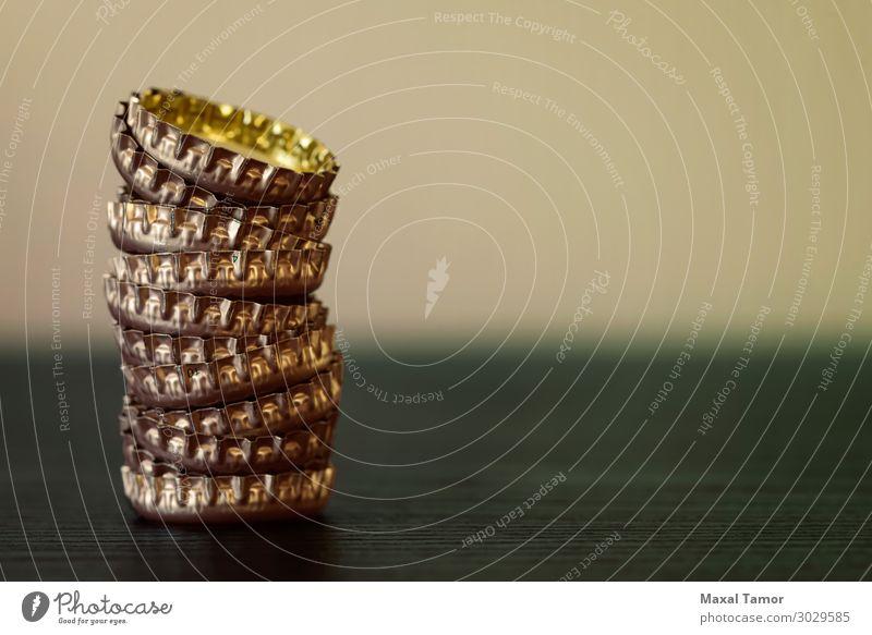 Bier oder andere Getränke, Flaschenverschlüsse Alkohol Design Restaurant Menschengruppe Container Verpackung Sammlung Metall dunkel hell braun gelb gold
