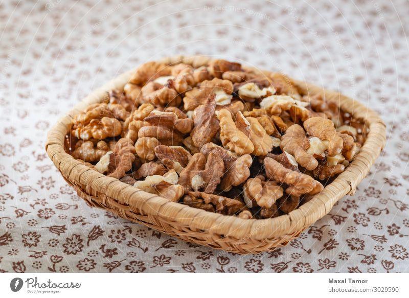 Frische geschälte Walnüsse in einem Rattankorb Frucht Dessert Ernährung Essen Frühstück Vegetarische Ernährung Diät Tisch Natur Blume Holz frisch lecker