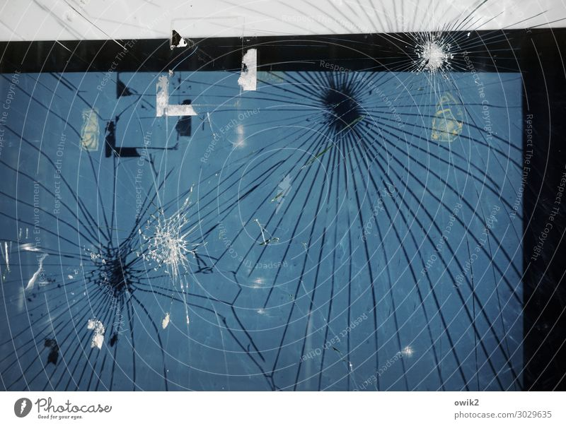 Altglas Schaukasten Information Schwarzes Brett Glas trashig wild Wut blau schwarz weiß Ärger Frustration Aggression Gewalt bizarr Zerstörung Riss Bruch