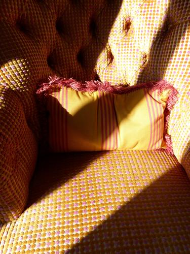 sonniges Plätzchen... Sessel Stuhl gemütlich Sofakissen Lichteinfall Sonnenlicht warm Möbel Häusliches Leben wohnen ausruhen Schatten gelb kariert leer rosa