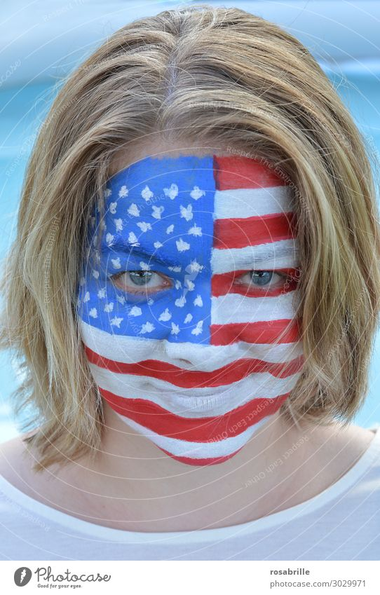amerikanisches Mädel - junge, blonde Frau mit amerikanischer Flagge aufs Gesicht gemalt Schminke Fan Mensch Erwachsene Maske Fahne wählen Lächeln lachen