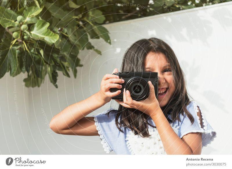sechsjährige Fotografin Glück Spielen Kind Fotokamera Mensch Mädchen 1 Lächeln 6s spiegellos böse Zielvorstellung nehmen Grafik u. Illustration Fotografie