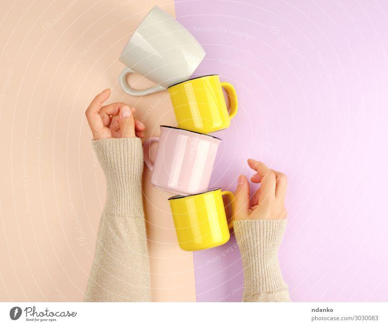 Stapel-Keramikbecher werden von einer weiblichen Hand getragen. Frühstück Getränk Kaffee Tee Tasse Becher Küche Frau Erwachsene Arme Finger Container Essen heiß