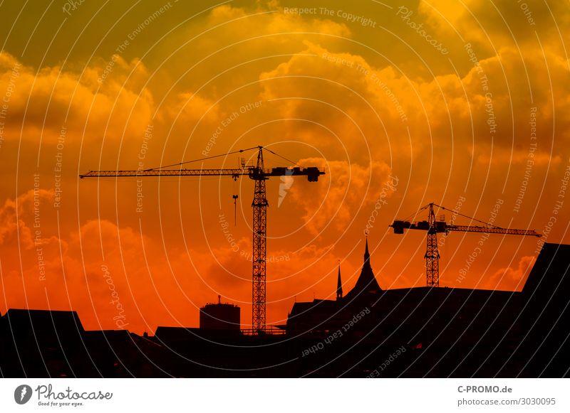 Eine Stadt wird nie fertig Himmel rot Wolken Arbeit & Erwerbstätigkeit Baustelle Dunst Kirchturm Rostock Baukran Hansestadt