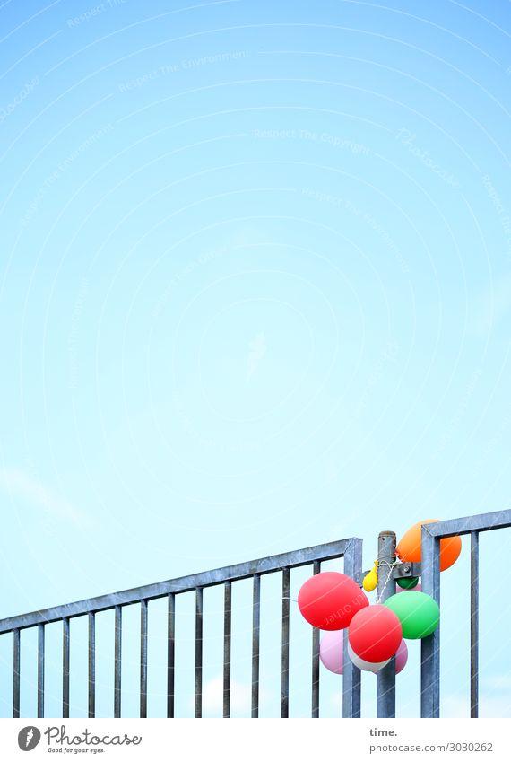 luftig | Fesselballons Himmel Zeit Zusammensein Kindheit Ordnung Kreativität Schönes Wetter Vergänglichkeit Luftballon Geländer Zusammenhalt Zaun Überraschung