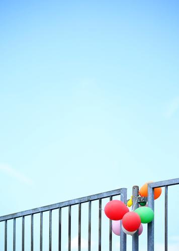 luftig   Fesselballons Himmel Zeit Zusammensein Kindheit Ordnung Kreativität Schönes Wetter Vergänglichkeit Luftballon Geländer Zusammenhalt Zaun Überraschung