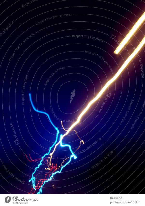 swoosh 2 Blitze Unschärfe Langzeitbelichtung langezeit blau Bewegung Linse Licht Straße Farbe http://www.keasone.de