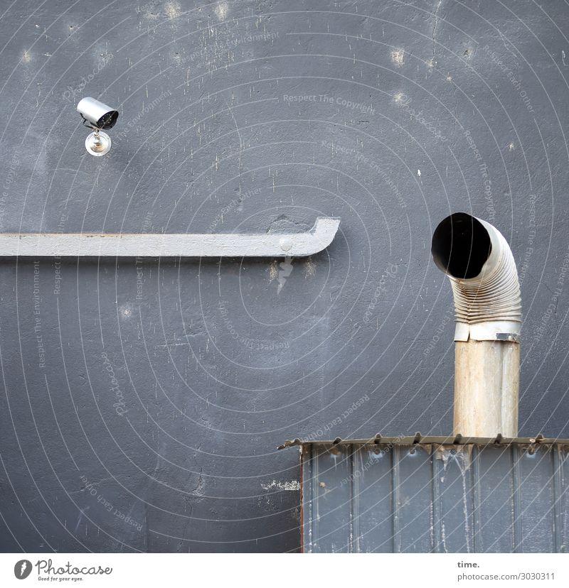 Jede Beschwerde wird mitgeschnitten Videokamera Haus Mauer Wand Schornstein Heizung Röhren Ofenrohr Metall beobachten Stadt Sicherheit Schutz Leben Neugier