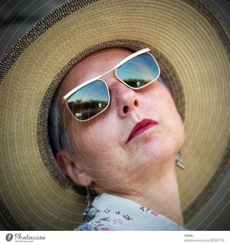 Ascot Style Contest Schminke Lippenstift feminin Frau Erwachsene 1 Mensch Hemd Schmuck Sonnenbrille Hut grauhaarig beobachten Blick Ehre selbstbewußt Coolness