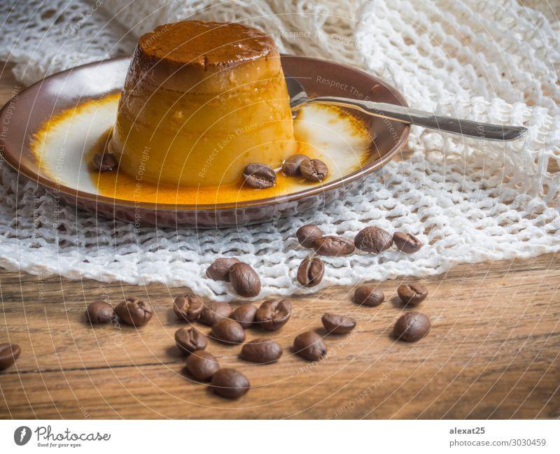 Kaffeeflansch in einem Teller auf Holzuntergrund Dessert lecker weiß Tradition Hintergrund Karamell Sahne cremig Essen zubereiten Vanillepudding Kuchen