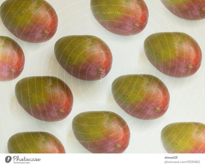 Mango-Muster auf weißem Hintergrund Frucht Ernährung Diät exotisch Sommer Natur frisch natürlich saftig Farbe flach Lebensmittel Gesundheit horizontal